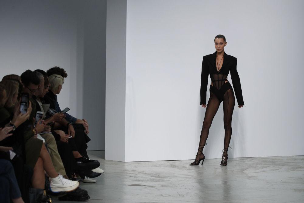 Modelka Bella Hadid prezentuje kolekcję Mugler podczas Tygodnia Mody w Paryżu