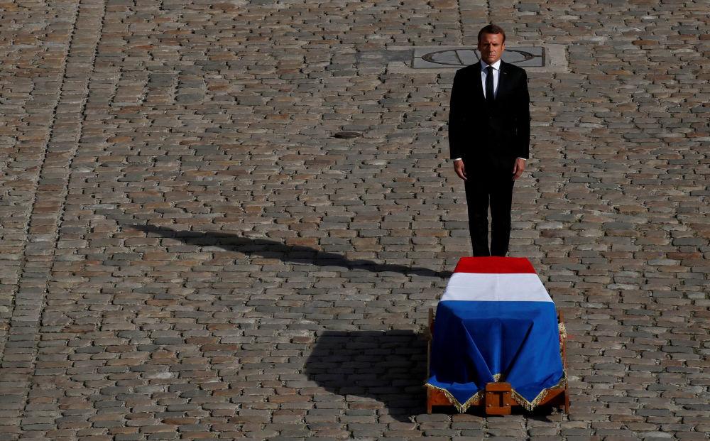 Prezydent Francji Emmanuel Macron przed trumną zmarłego Jacquesa Chiraca