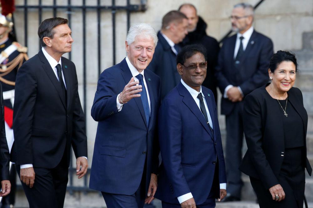 Były prezydent USA Bill Clinton przybył do kościoła na uroczystość pogrzebową Jacquesa Chiraca