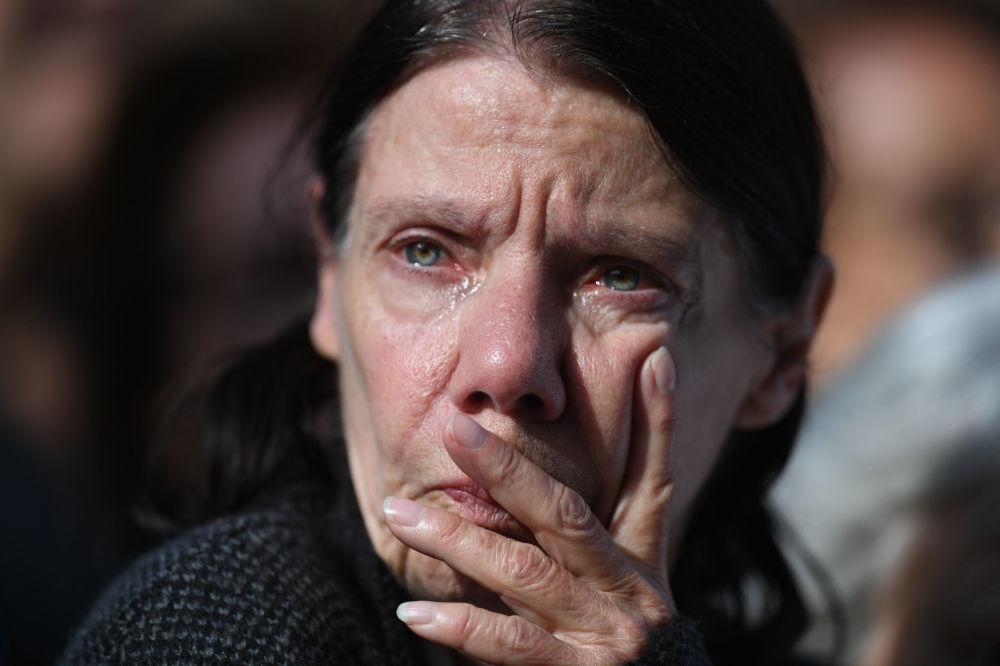 Kobieta przy kościele Saint-Sulpice, gdzie odbywa się ceremonia pogrzebowa byłego prezydenta Francji