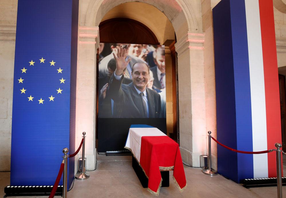 Trumna i fotografia zmarłego prezydenta Francji Jacquesa Chiraca