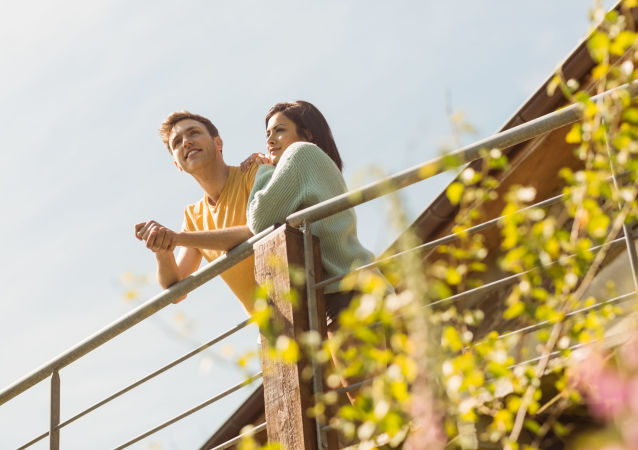 Młoda para na balkonie
