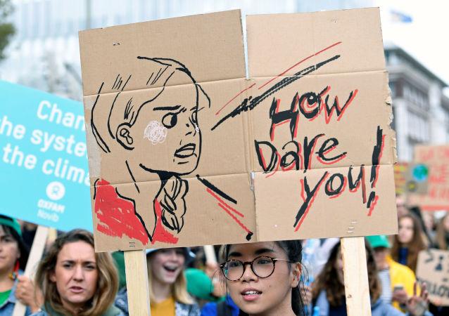 Transparent z wizerunkiem szwedzkiej aktywistki Grety Thunberg