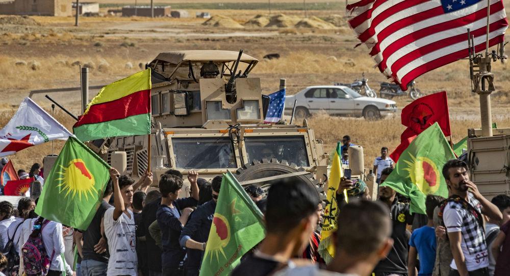 Syryjscy Kurdowie wokół amerykańskich pojazdów opancerzonych podczas demonstracji przeciwko tureckim zagrożeniom w pobliżu bazy wojskowej w syryjskiej prowincji Hasake