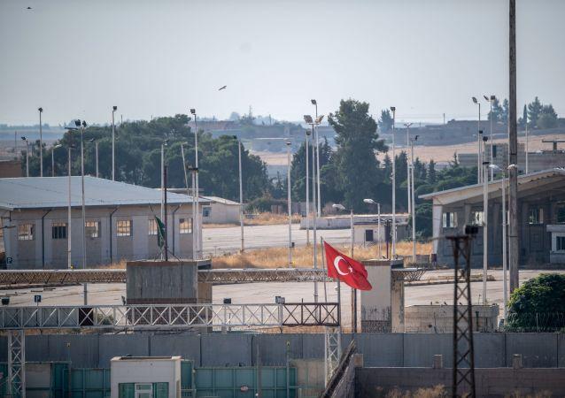 Brama między Turcją i Syrią w syryjskim Tall Abjad