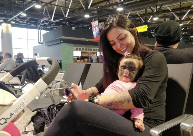 Carolina Fenner z córką Luną na lotnisku Szeremietiewo w Moskwie