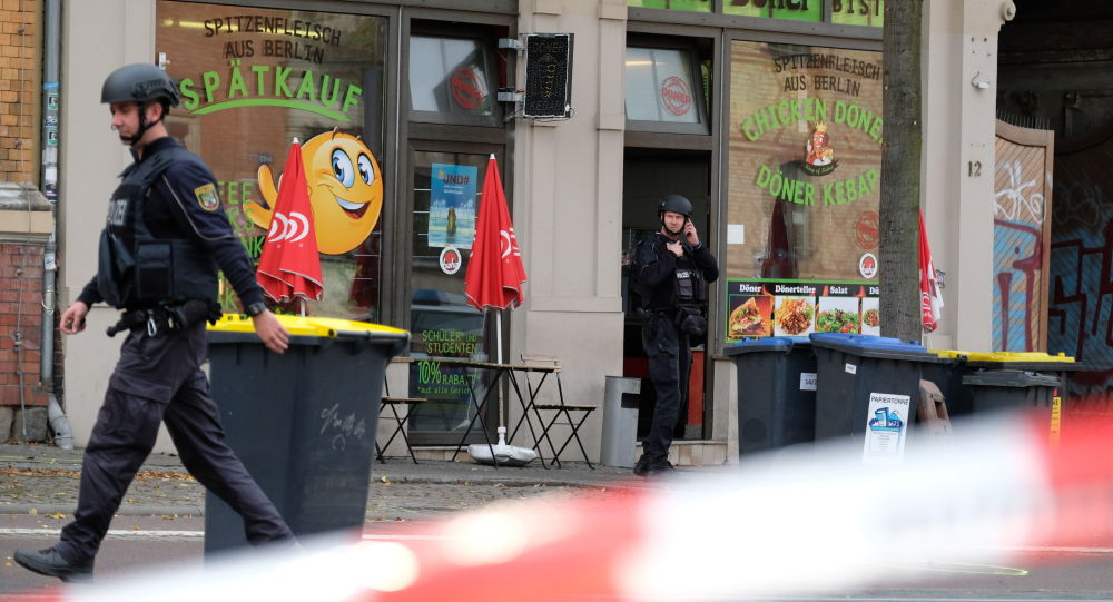 Policjanci na miejscu strzelaniny w niemieckim Halle
