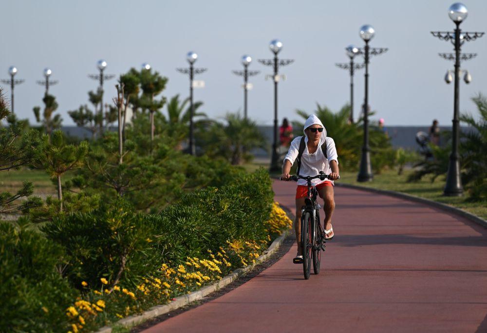 Rowerzysta na promenadzie w Soczi