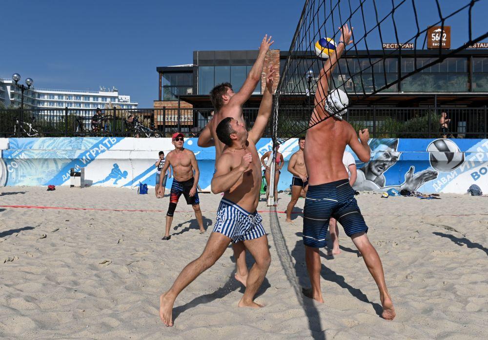 Urlopowicze grają w siatkówkę na plaży w Soczi