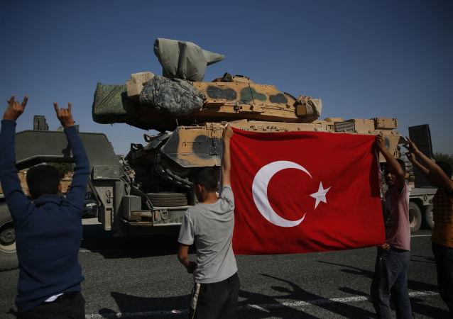 Tureckie czołgi zmierzają w kierunku granicy z Syrią