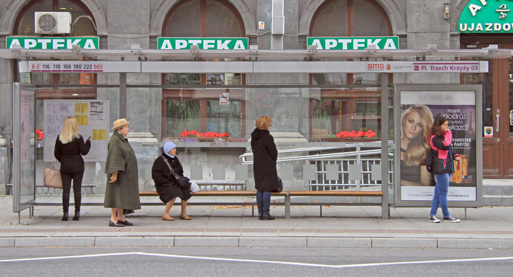 Polacy na przystanku autobusowym