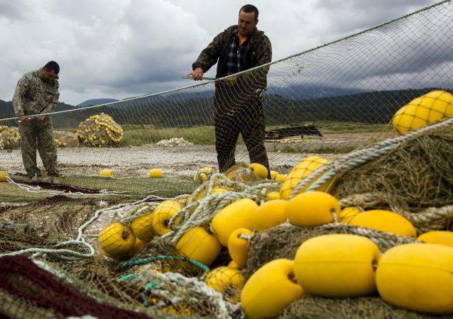 Rybacy na brzegu Wysp Kurylskich