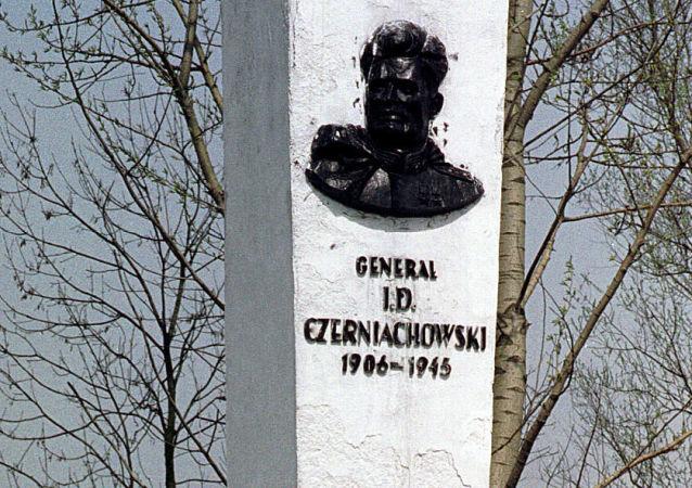 Pomnik radzieckiego generała Iwana Czerniachowskiego w polskim mieście Pieniężno