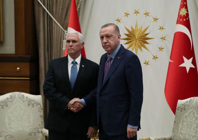 Prezydent Turcji Recep Tayyip Erdogan i wiceprezydent USA Mike Pence na spotkaniu w Pałacu Prezydenckim w Ankarze w Turcji