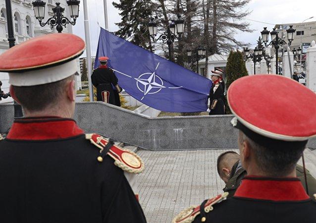 Flaga NATO w Skopje