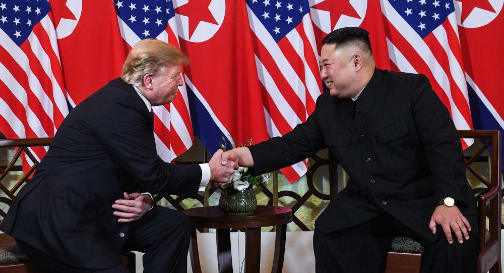 Prezydent USA Donald Trump i przywódca Korei Północnej Kim Dzong Un podczas drugiego szczytu USA-KRLD w Hanoi w Wietnamie
