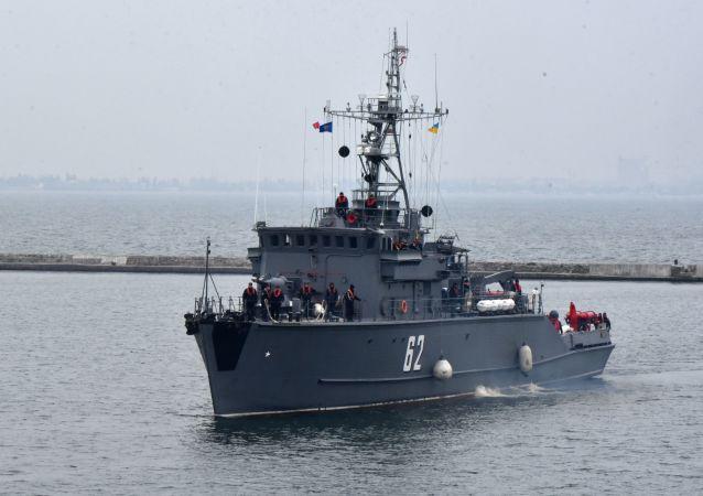 Trałowiec przeciwminowy NATO BGS Shkval wpływa do portu Odessy