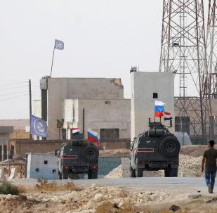 Patrol rosyjskiej policji wojskowej w rejonie Manbidżu na północnym wschodzie Syrii