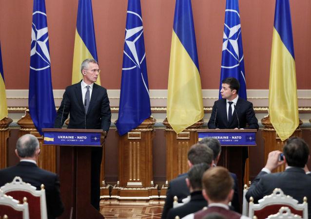 Sekretarz generalny NATO Jens Stoltenberg i Wołodymyr Zełenski na konferencji w Kijowie.