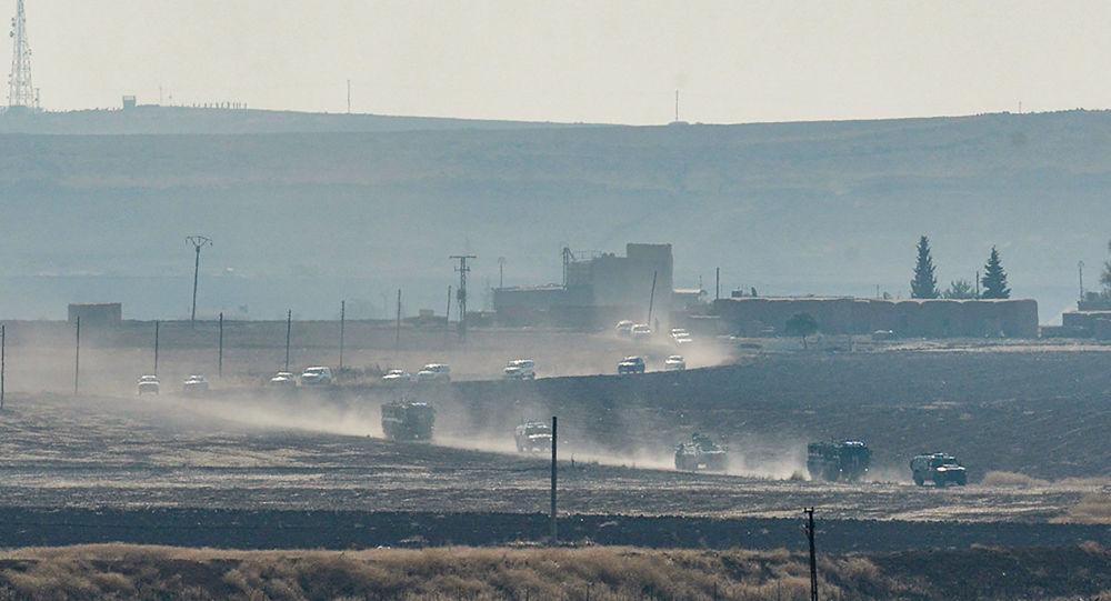 Tureckie i rosyjskie pojazdy patrolowe w pobliżu tureckiego miasta granicznego Kyzyltepe w prowincji Mardin, Turcja
