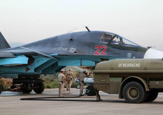 Personał techniczny obsługuje rosyjskie samoloty Su-34 na lotnisku Hmelmin w Syrii