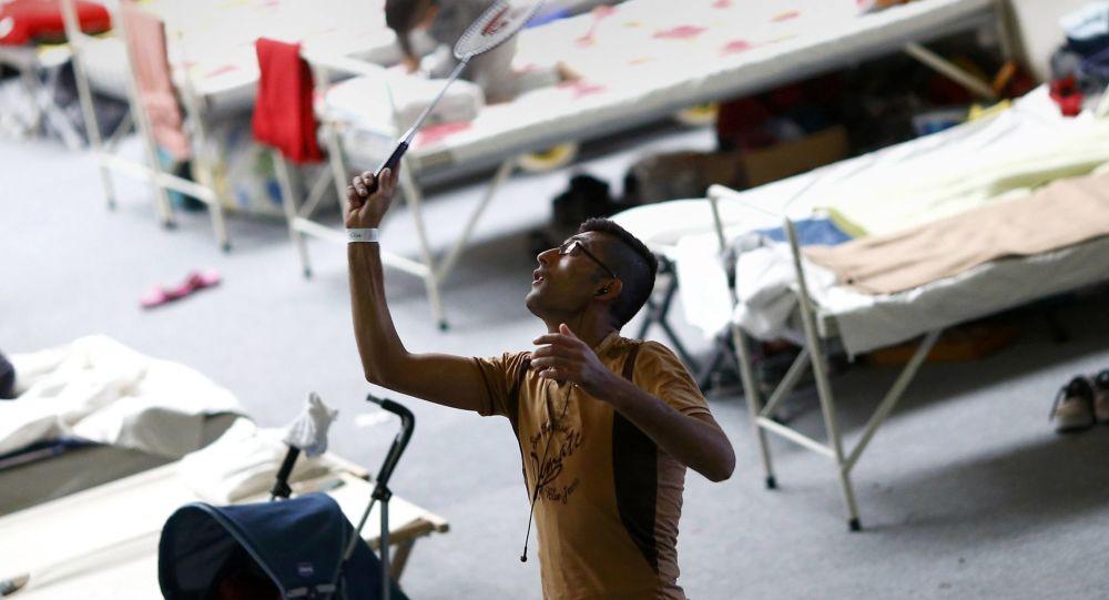 Syryjczycy grają w badmintona w obozie uchodźców w Niemczech