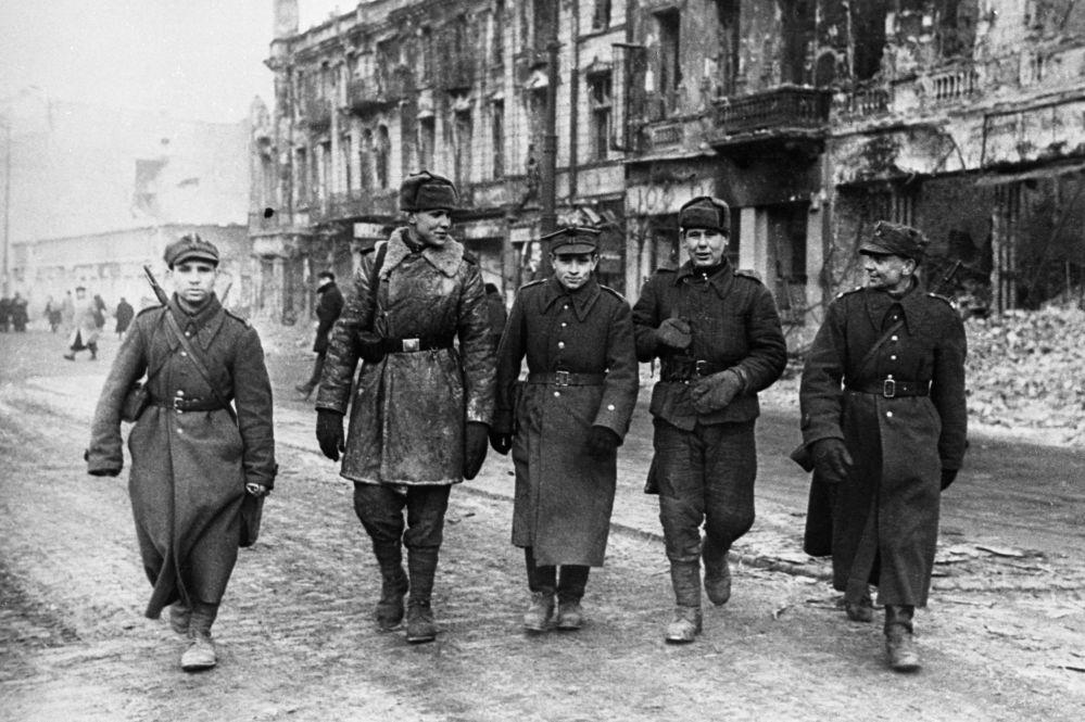Żołnierze Armii Czerwonej i Wojska Polskiego na ulicach miasta, 1945 rok