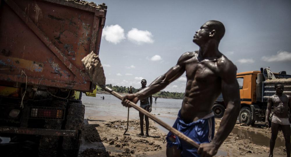 Mieszkaniec Konga podczas prac budowlanych