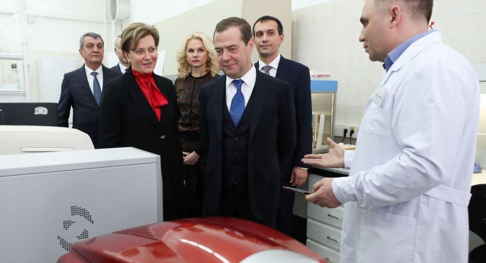 """Premier Rosji Dmitrij Miedwiediew w czasie wizyty w Państwowym Centrum Badań Wirusologicznych i Biotechnologicznych """"Wektor"""" w Nowosybirsku"""