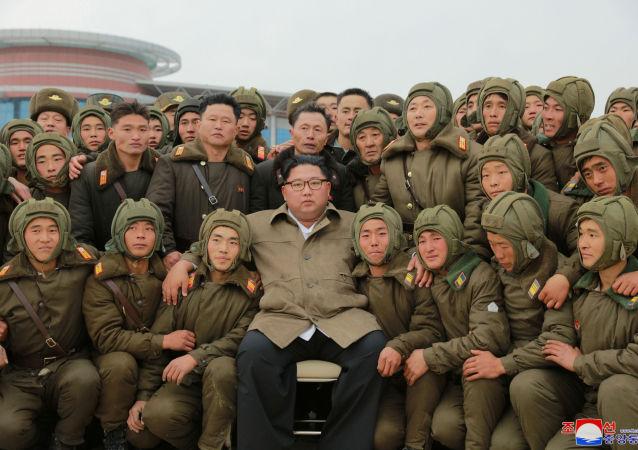 Przywódca Korei Północnej Kim Dzong Un podczas ćwiczeń Sił Powietrznych i Sił Obrony Powietrznej w Korei Północnej