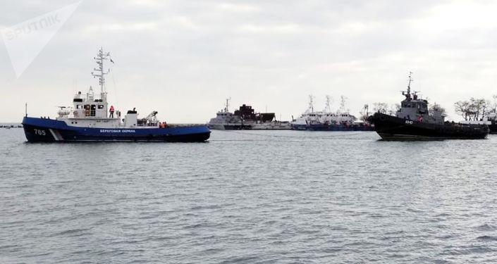 """Ukraińskie kutry Berdyansk, """"Bierdiańsk"""", """"Nikopol"""" i holownik """"Yana Kapu"""" zatrzymane w listopadzie 2018 roku opuszczają port w Kerczu"""