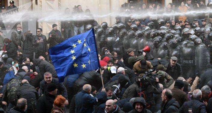 Pracownicy gruzińskiego specnazu rozpędzają akcję protestu przed budynkiem parlamentu Gruzji