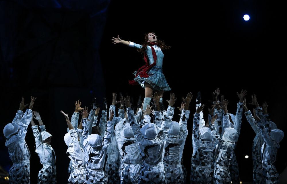 Występ artystów podczas pokazu na lodzie CRYSTAL