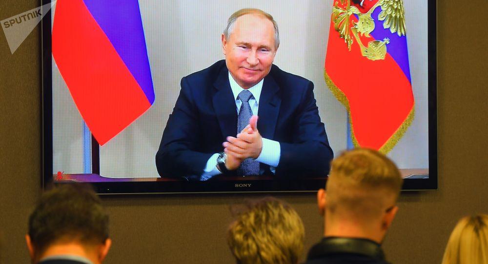 Prezydent Rosji Władimir Putin wraz z przewodniczącym Chin Xi Jinpingem w trybie telekonferencji biorą udział w ceremonii uruchomienia rosyjskich dostaw gazu do ChRL