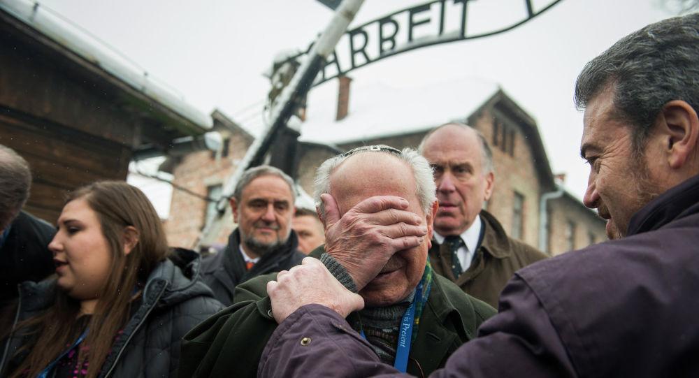 Mordechai Ronen, ocalały z Holokaustu (w centrum) z prezesem Światowego Kongresu Żydów Ronaldem Lauderem (drugi z prawej), Oświęcim, 26 stycznia 2015