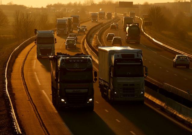 Ciężarówki i samochody na autostradzie Paryż-Bruksela, Francja