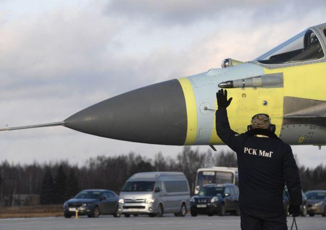 Pracownicy na poligonie Łuchowickiej Fabryki Lotniczej im. Woronina w obwodzie moskiewskim