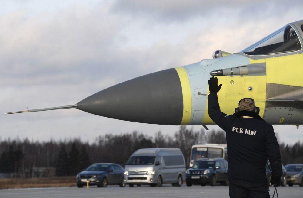 Pracownicy testują samolot na poligonie Łuchowickiej Fabryki Lotniczej im. Woronina w obwodzie moskiewskim