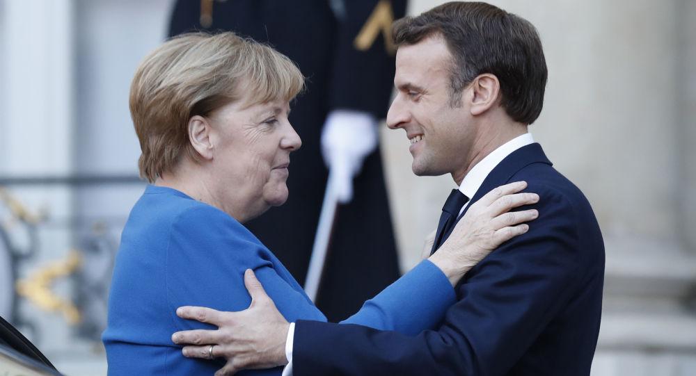 """Kanclerz Niemiec Angela Merkel i prezydent Francji Emmunuel Macron na szczycie """"normandzkiej czwórki"""" w Paryżu"""