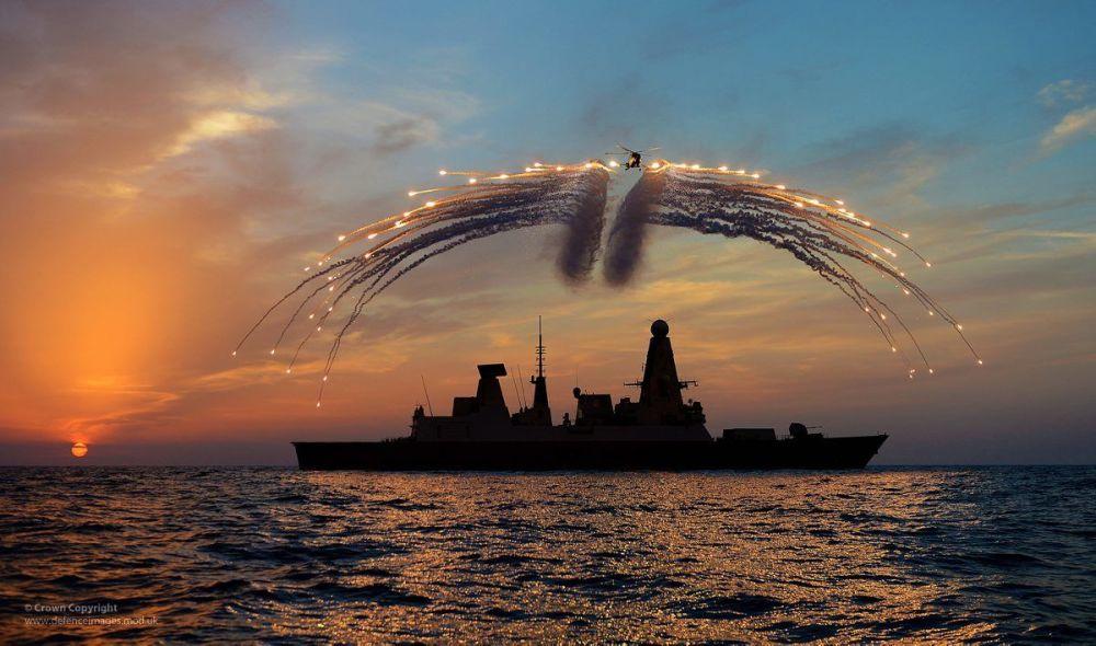 Brytyjski niszczyciel rakietowy HMS Dragon i śmigłowiec Lynx