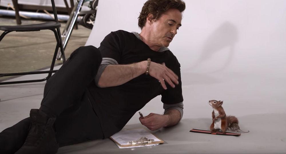 Aktor Robert Downey Jr. w roli Doktora Dolittle prowadzącego przesłuchania animowanych zwierząt