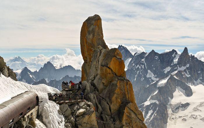 Widok ze szczytu Aiguille du Midi, w Masywie Mont Blanc we Francji