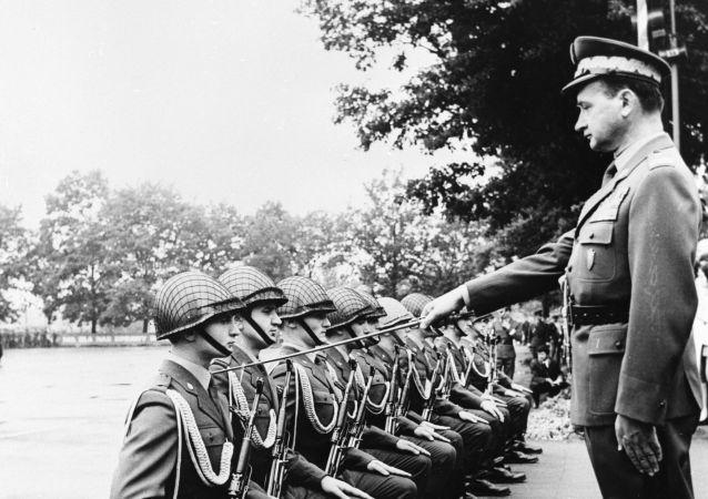Wojciech Jaruzelski mianuje oficerami kursantów szkoły wojskowej