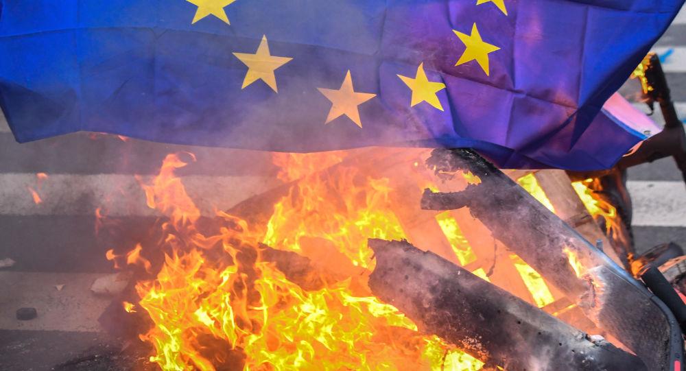 Flaga UE podczas protestów w Paryżu