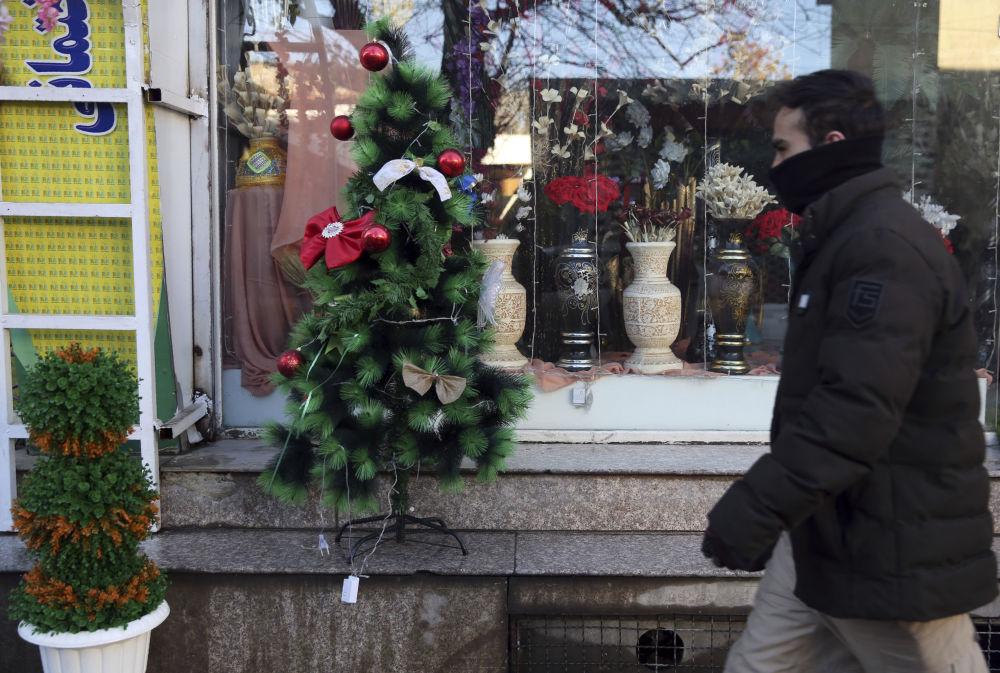 Choinka przed witryną sklepową w Kabulu