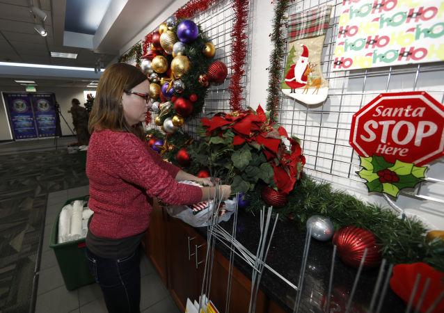 Wolontariusz w centrum projektu NORAD tracks Santa