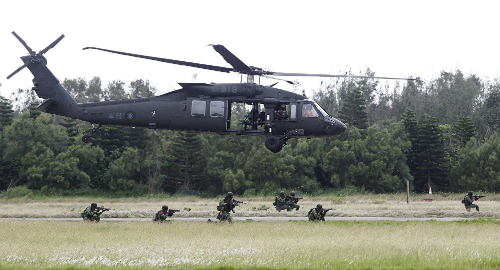 Tajwańscy żołnierze i helikopter Black Hawk