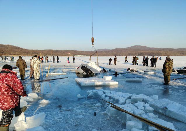 Władywostok: 30 samochodów wędkarzy znalazło się pod lodem