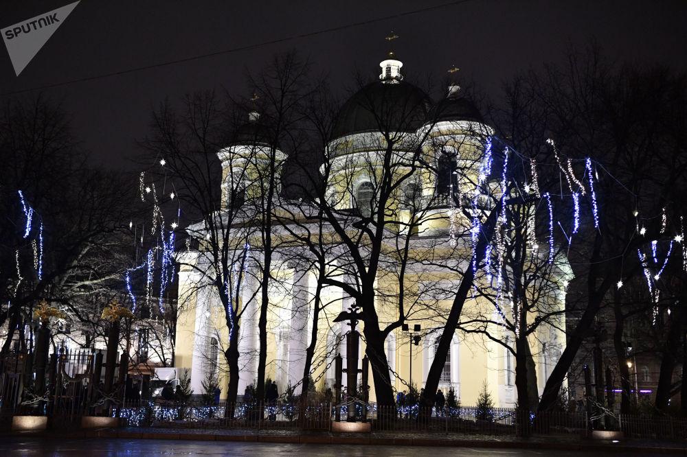 Sobór Przemienienia Pańskiego w Petersburgu w przededniu świąt Bożego Narodzenia w Petersburgu.