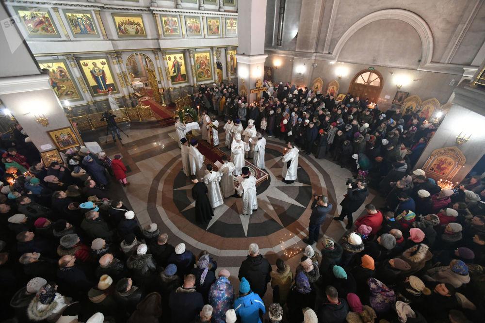 Wierni i duchowni w czasie liturgii bożonarodzeniowej w Soborze Narodzenia Chrystusa w Krasnojarsku.